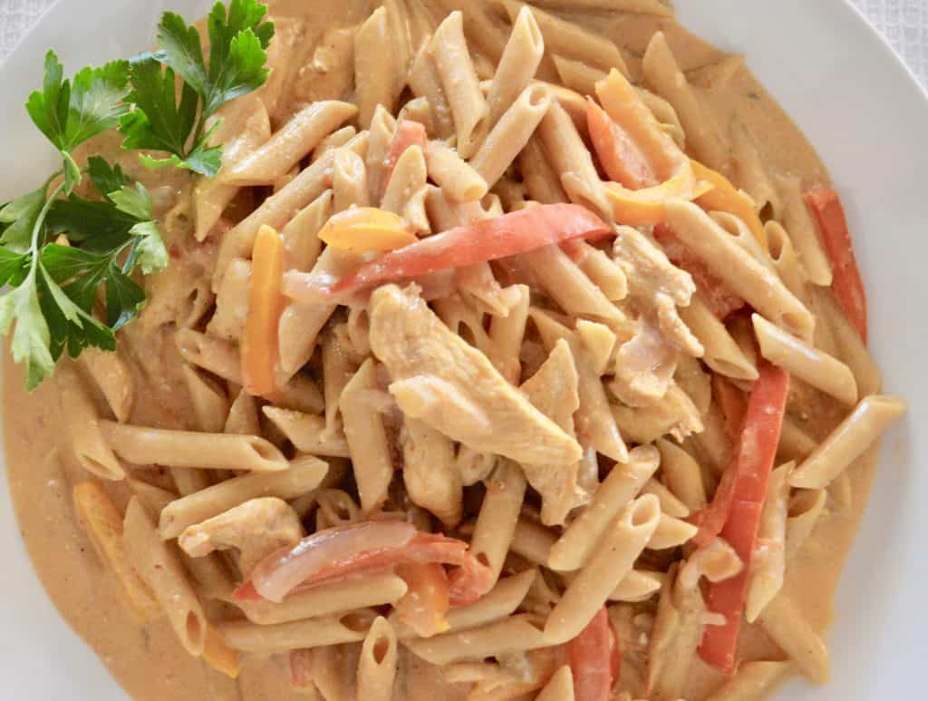 One-Pot Chicken Fajita Pasta is an easy recipe that is healthy and perfect for a weeknight dinner. Made in one pot, this protein packed meal is simple and comes together in less than 30 minutes. #chicken #chickenfajita #wholegrain #penne #healthy #easy #parenting #kidfood #quickmeal #30minute #lowcalorie #protein #dinner #mealprep