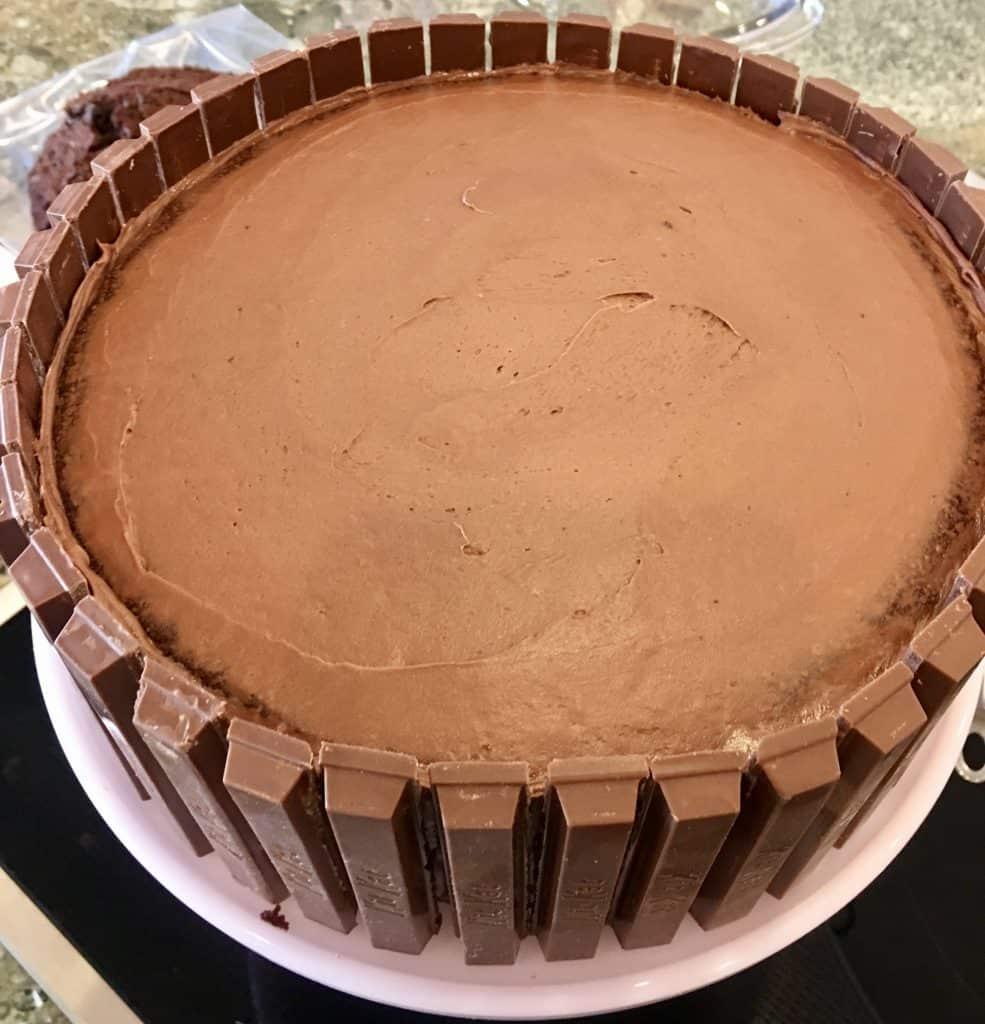 Kit Kat Bars lining the chocolate cake